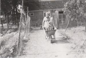 Tinus met kruiwagen, erin Marjoke en Nico.
