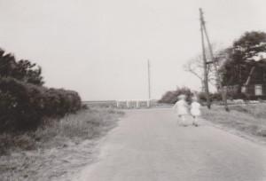 Marjoke en Nico op weg naar Brammetje Borst. Zomer 1963.