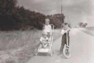 Marjoke, Nico (in de wandelwagen), Tonnie (met step)