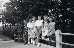 A49 Jo Meijles-van Dijk, Truus Meijles Gdr. Trien Meijles Gdr. Ali Meijles-Bak en 2 meisjes onbekend. foto van 1950