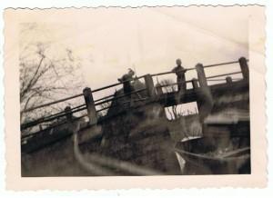 Selschardijk A49 1957 op de brug Gerbrand Mulder Bzn en Joske Meijles Adr