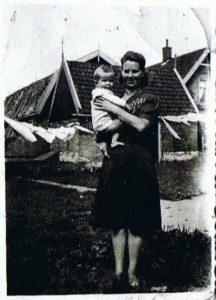 1943 Kneel en dochter (achter huis van Broer Schoorl)