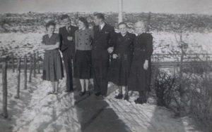 Annie Schenk-Visser en Klaas Schenk. Gré Naberman-Visser en Jan Naberman. moeder Mien Visser-Kooiman en Alida Visser Cdr