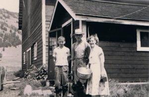 Meyles. Klaas Mfeyles met zoon Willy en dochter Jean bij het melkhuisje