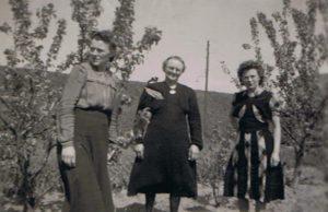 Mien Visser-Kooiman en haar dochters Gré en Aly