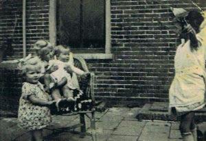 aa kinderen P Blom (achter huis broer Schoorl)