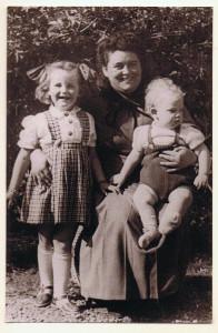 de drie jarigen 20-04 1950 Mam 32, Gerda 5, ik 1 jaar