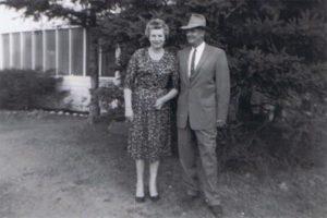 Griet Strooper en Ralph Meijer voor hun huis in Eagle River_._USA