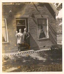 Lou Visser en Anna Visser-Jansen voor het huis Hoge Buurt A20 1963- 1964