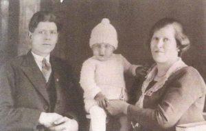 jacob-grootjes-en-anna-grootjes-bruin-met-zoon-wilhelmus-johannes-foto-1931-1932